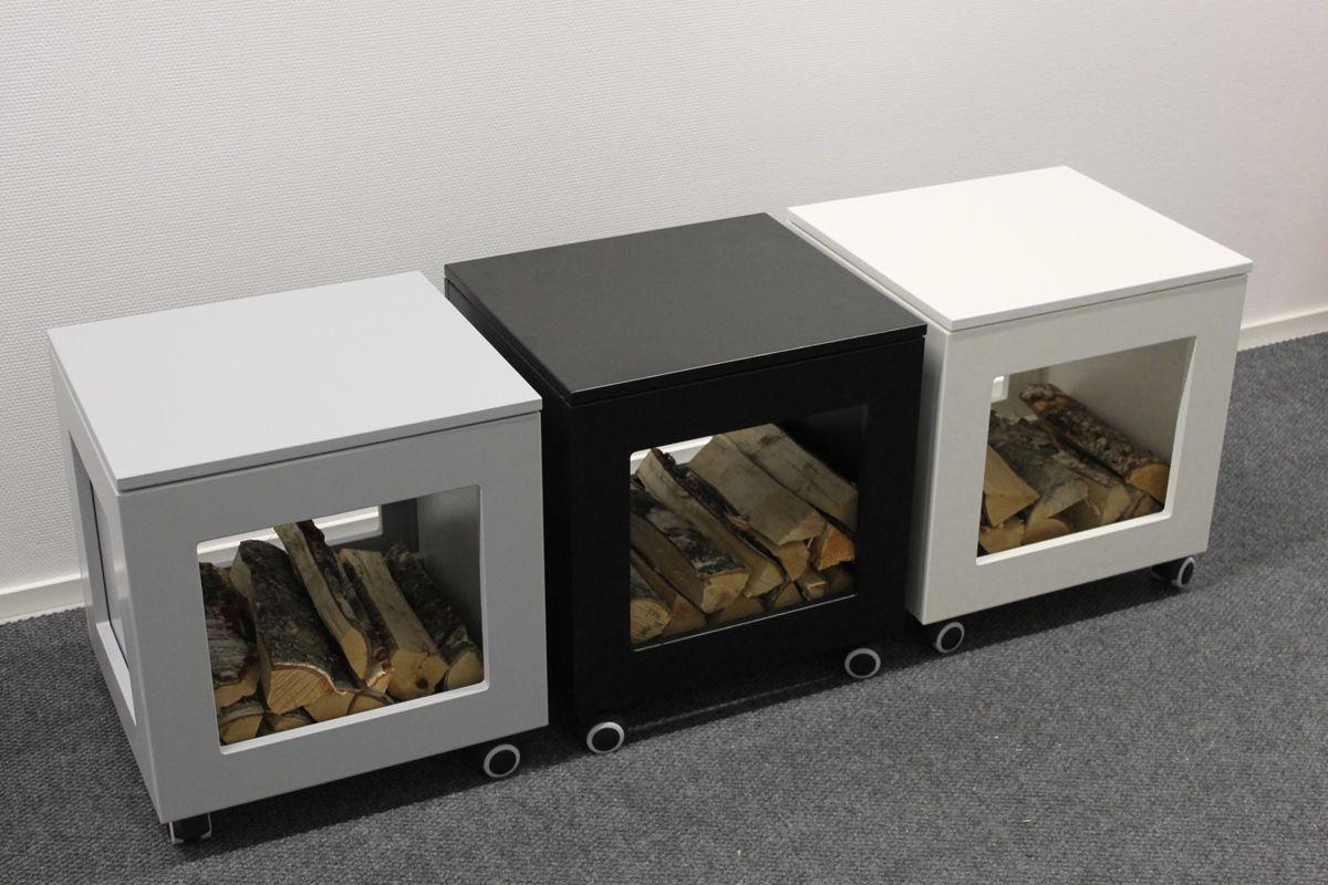 TakkaCenterin Klappis takkarahi + puunkannin on tukevarakenteinen, kotimaista käsityötä ja suunniteltu käteväksi avuksi takkapuiden kuljetukseen ja säilytykseen. Hae takkapuut, aseta puunkantoteline Klappikseen ja istu rahille sytyttääksesi takan. Voit ottaa puut Klappiksen avoimesta sivusta istuessasi rahilla. Firewood holder Klappis made by Finnish TakkaCenter.