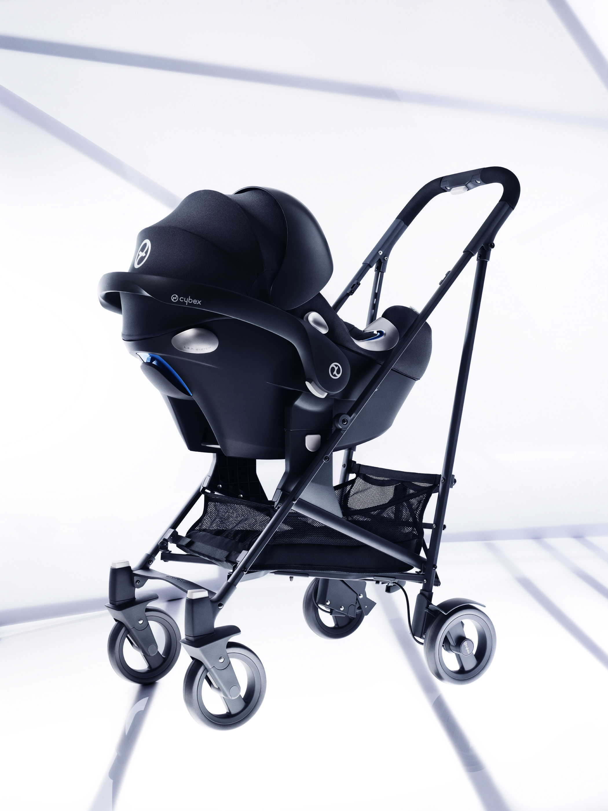 CYBEX Aton Q in charcoal with the CYBEX Callisto. Baby