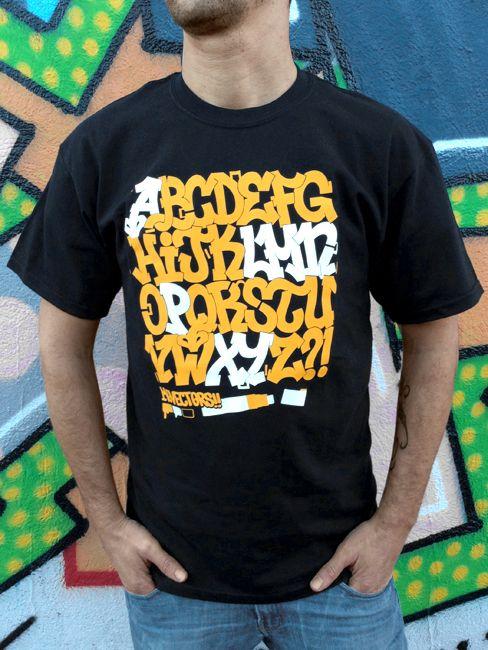 Camiseta negra estampada con el vector