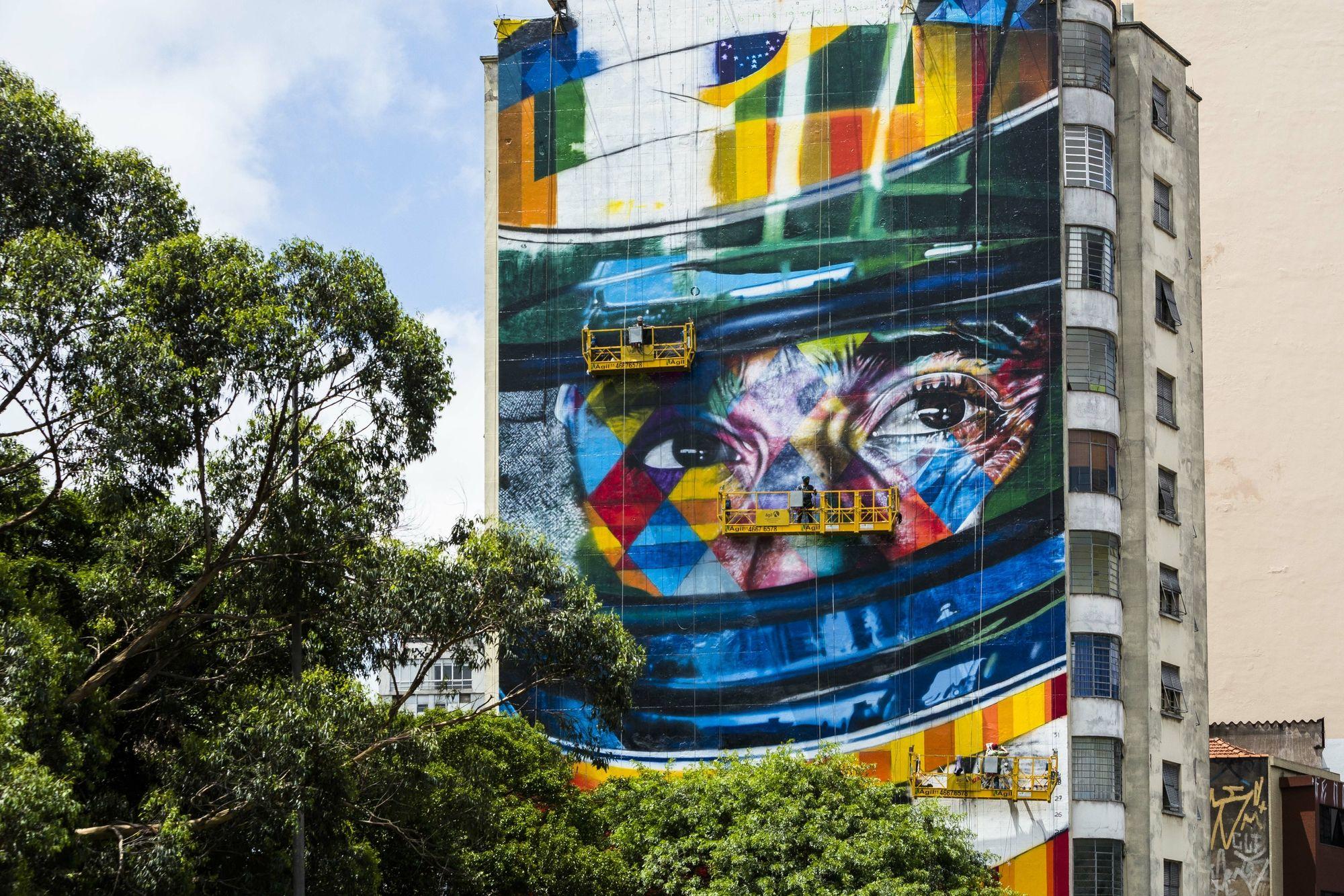 """Painel gigante com rosto de Senna em SP anima sobrinha: """"Vai virar turístico"""" #globoesporte"""