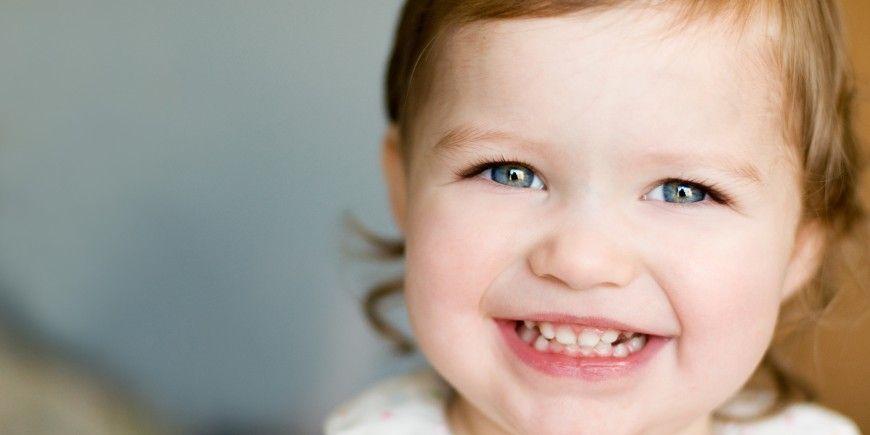 Irgendwann ist es bei jedem Baby soweit: Die ersten Zähnchen brechen durch. Der erste Zahn, in der Regel einer der beiden unteren Schneidezähne, zeigt sich meist