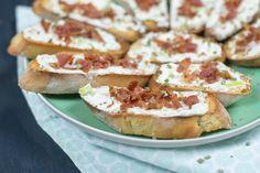Deze crostini's met frisse roomkaas en bacon is de ideale snack voor oudejaarsavond als je niet al teveel kwijt wilt zijn maar wel een lekker hapje wilt. #hapjesoudejaarsavond