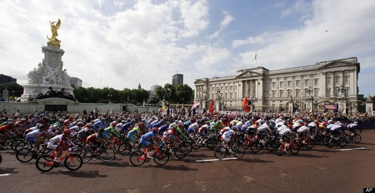 Men's Road Cycling - The pack rides past Buckingham Palace during the Men's Road Cycling race at the 2012 Summer Olympics, Saturday, July 28, 2012, in London