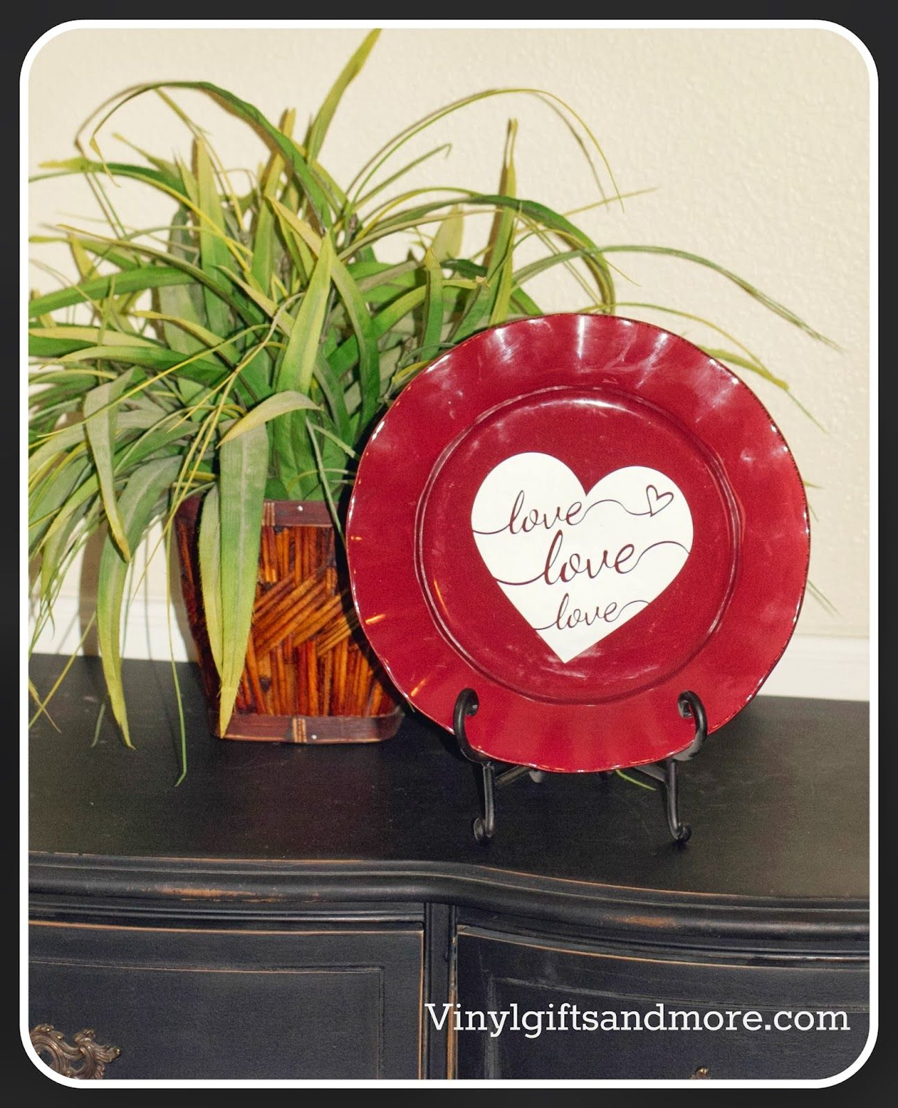 Super Saturday Crafts Love Heart Vinyl On A Charger Plate Diy Valentine S Day Decorations Super Saturday Crafts Valentine S Day Diy