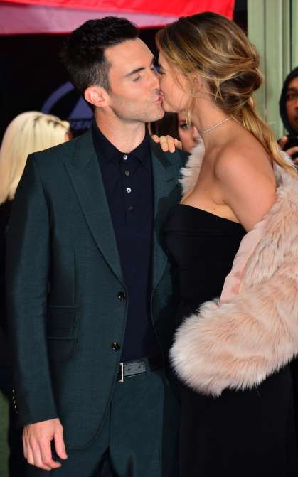 Adam Levine Kisses Wife Behati Prinsloo As He S Honored With A
