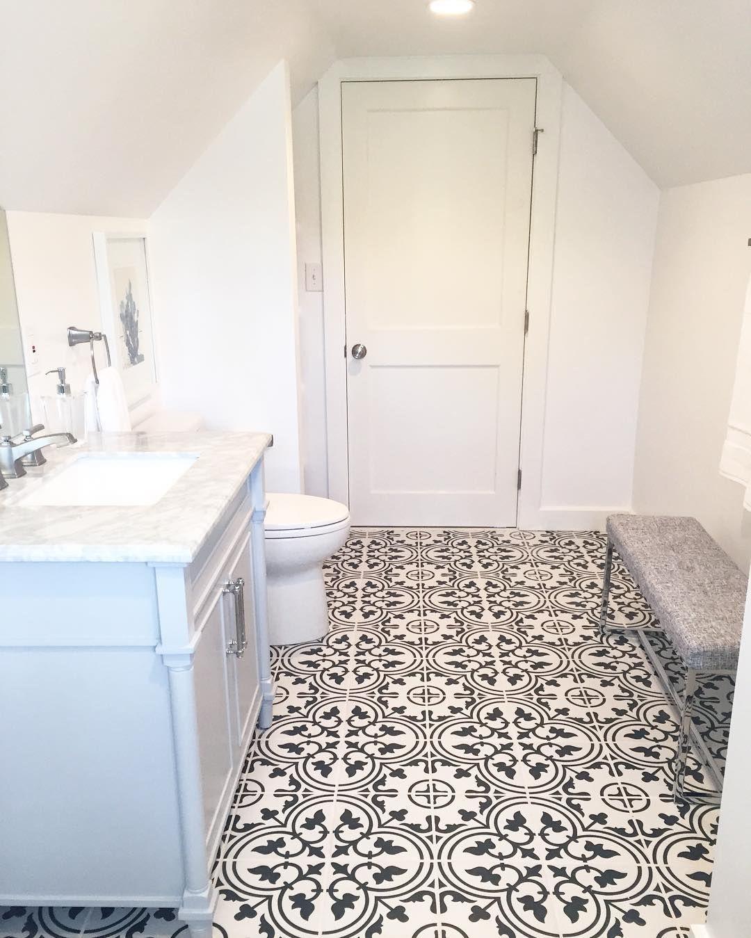 Biała łazienka Na Poddaszu I Płytki Typu Mozaika Modnie I