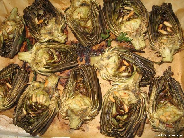 Alcachofas al horno Limpiamos las alcachofas y las vamos dejando en un bol con agua en la que hemos exprimido el zumo de un limón. Colocar las medias alcachofas en la bandeja de horno. Añadir unos ...