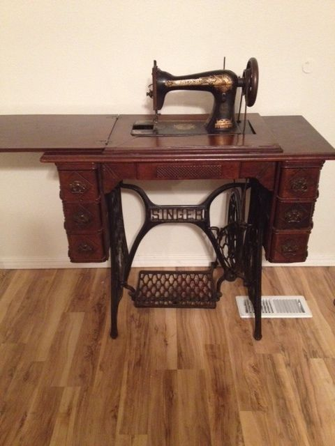 Vintage Singer Treadle Sewing Machine (1901) with Original Cabinet - Vintage Singer Treadle Sewing Machine (1901) With Original Cabinet