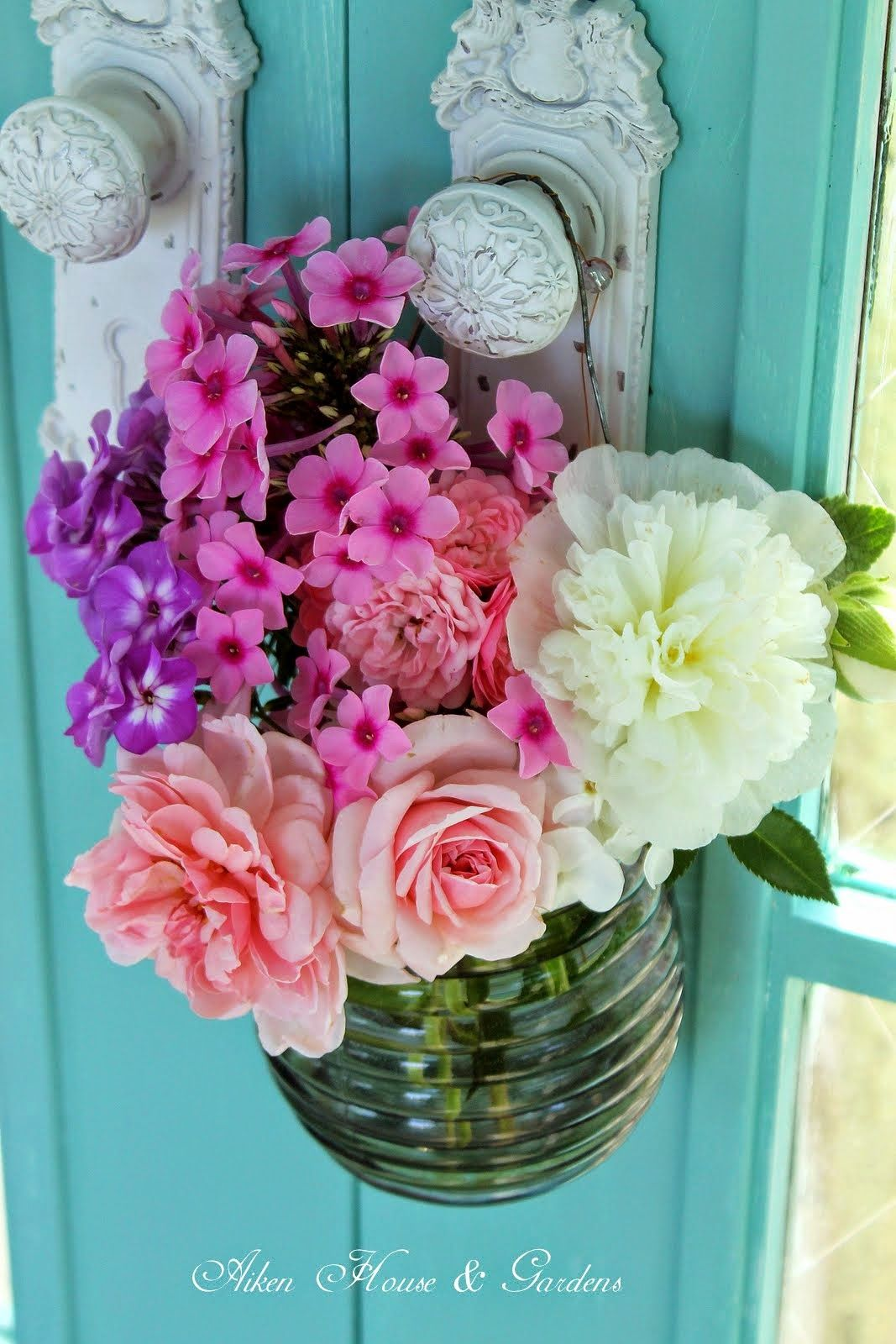 The Charm Of Flowers Chic Flowers Flower Arrangements Shabby Chic Flowers