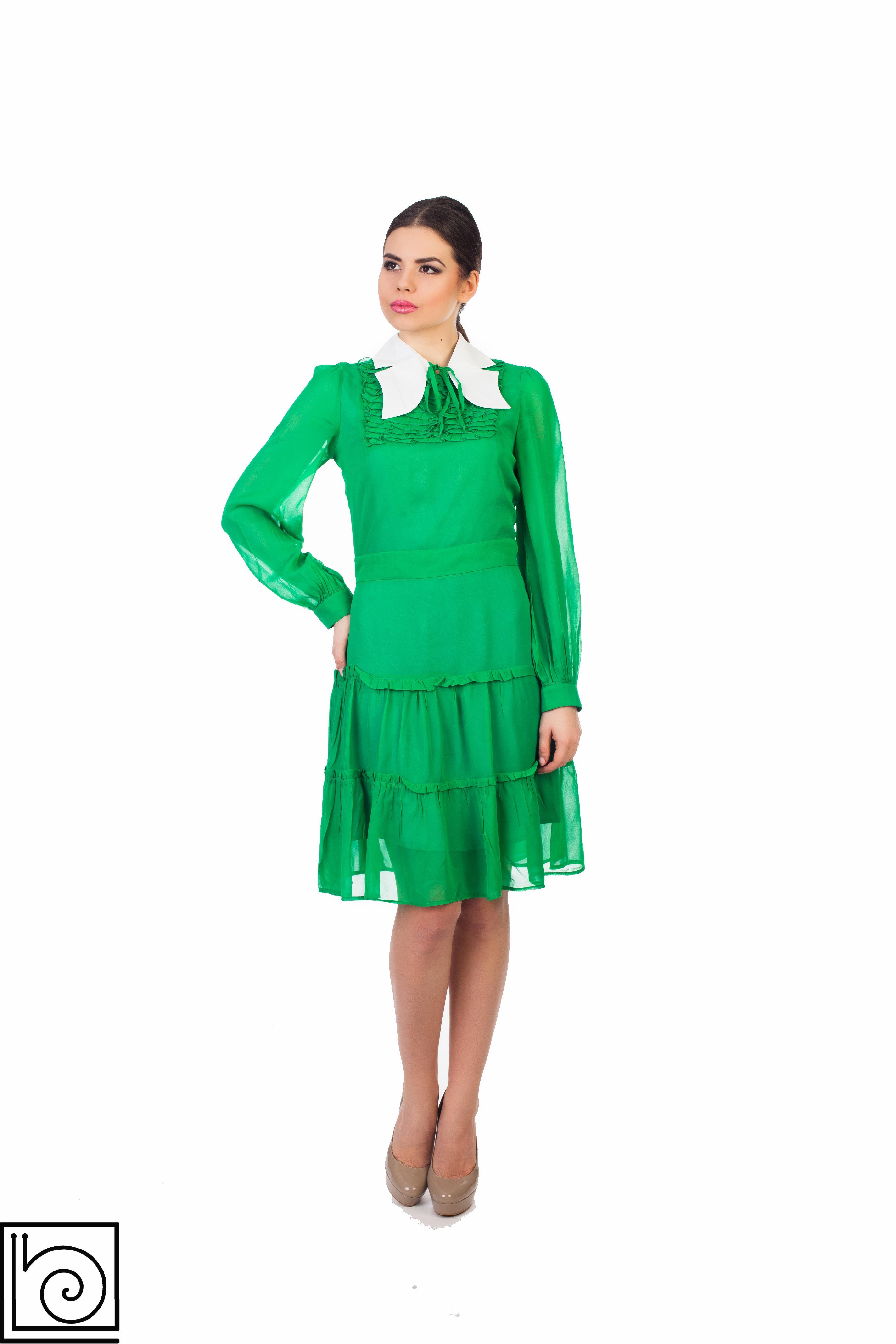 Зеленое платье с белыми полосками
