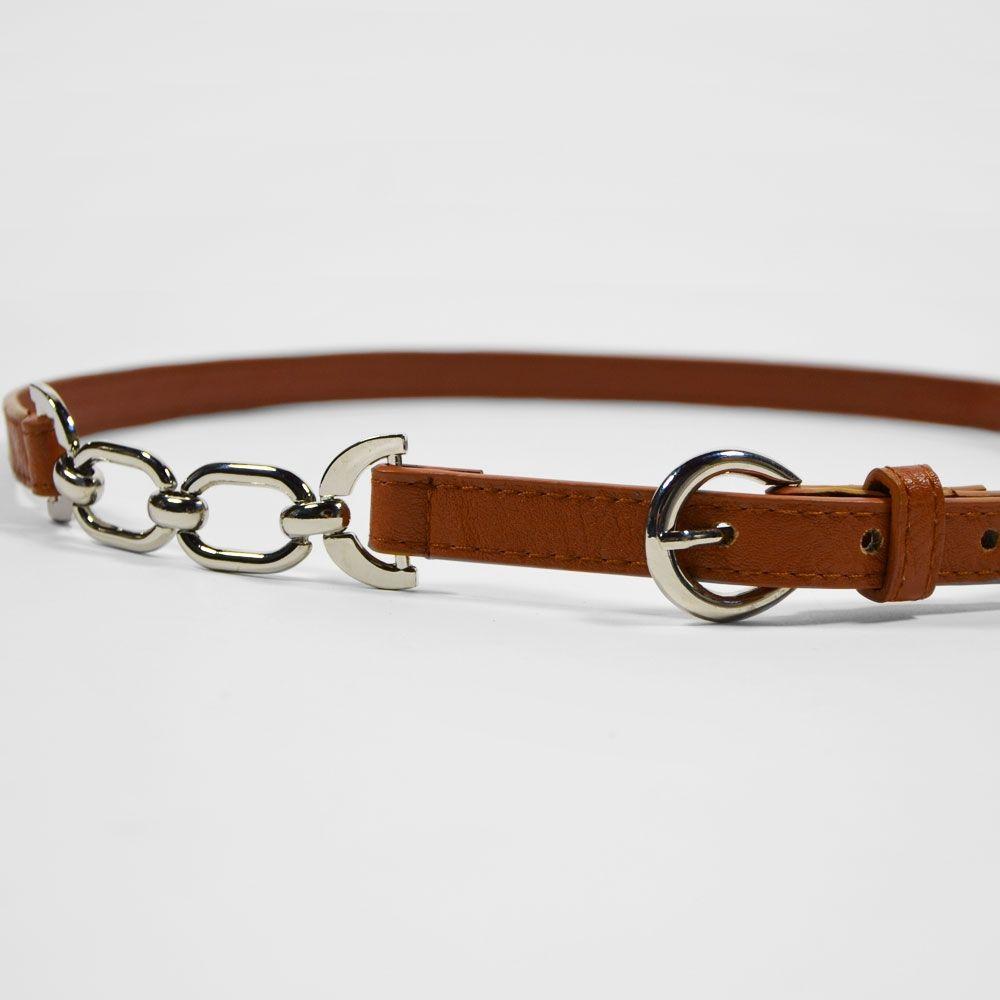 Fine ceinture à boucle argentée. Colorie noir ou marron cognac. Deux  inserts en maille chainnette. 80a5a0651c3
