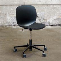 Kontorstol  RBM i sort plastic skal med stof sæde og sort stel.