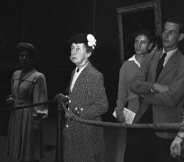Devant la Joconde 1945 |¤ Robert Doisneau | 24 avril 2015 | Atelier Robert Doisneau | Site officiel