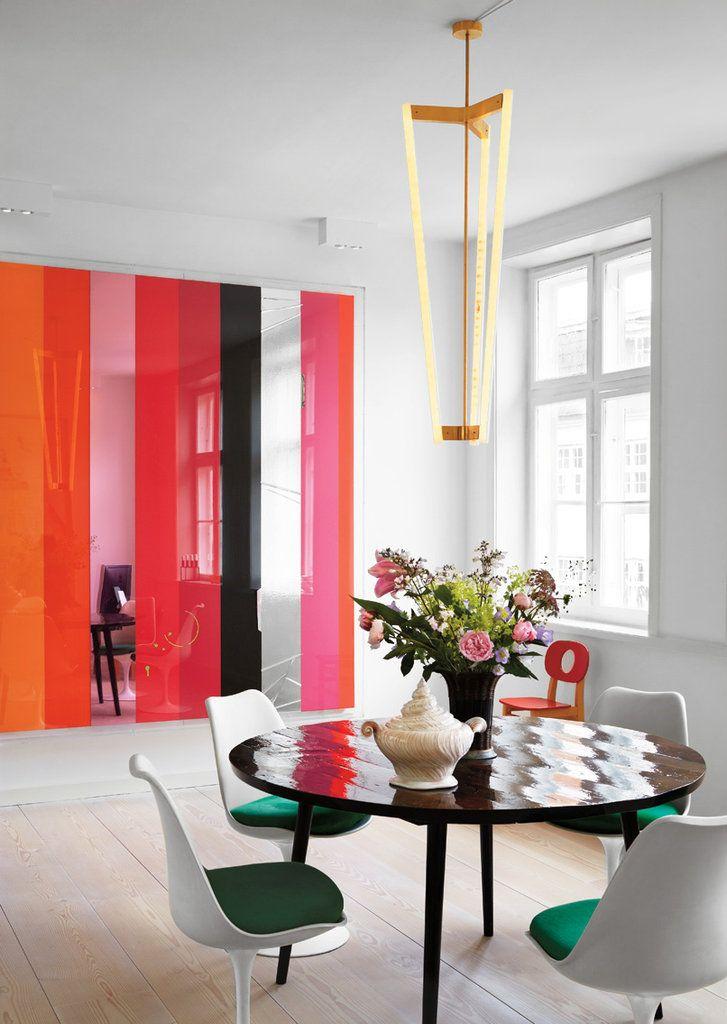 Kleurrijke muur en groen-witte stoelen #watisjouwstijl #woonstijl #inspiratie…