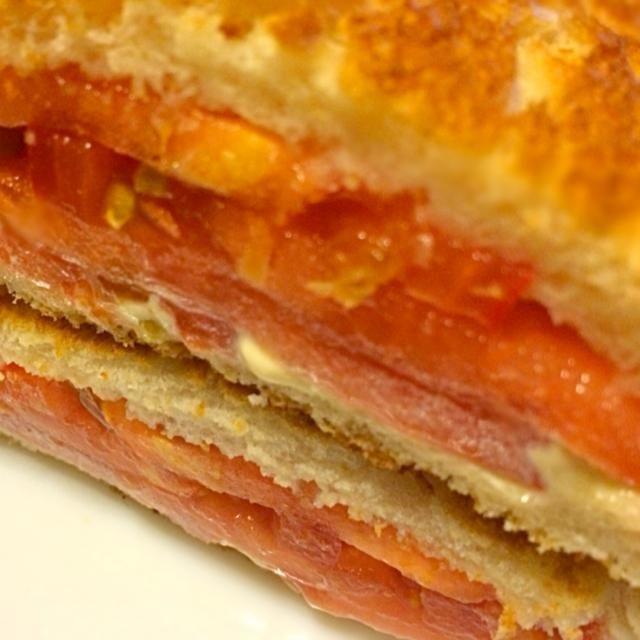 今日も⛳️で早起き。 胃にもたれないあっさりのトマトスライスを挟みました。 メッチャあっさりいただきました。 今日も暑いかな〜? - 171件のもぐもぐ - ⛳️の朝  お・は・よ・うサンド  あっさりトマト by mottomatu
