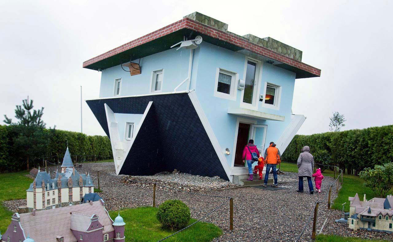 La casa fue construida por dos arquitectos de Polonia, que también diseñaron el interior de la casa patas arriba. (AFP)