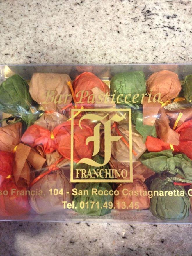 Fichi ripieni ricoperti di cioccolato,mandarini canditi ricoperti di cioccolato e albicocche ripiene di gianduia ricoperte di cioccolato