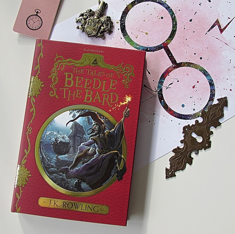 Das Harry Potter Universum Wurde Um Die Entzuckenden Schulbucher Fur Hogwarts Schuler Erweitert In 3 Banden Erfahren Wir In Fantastic Hogwarts Book Cover Bard