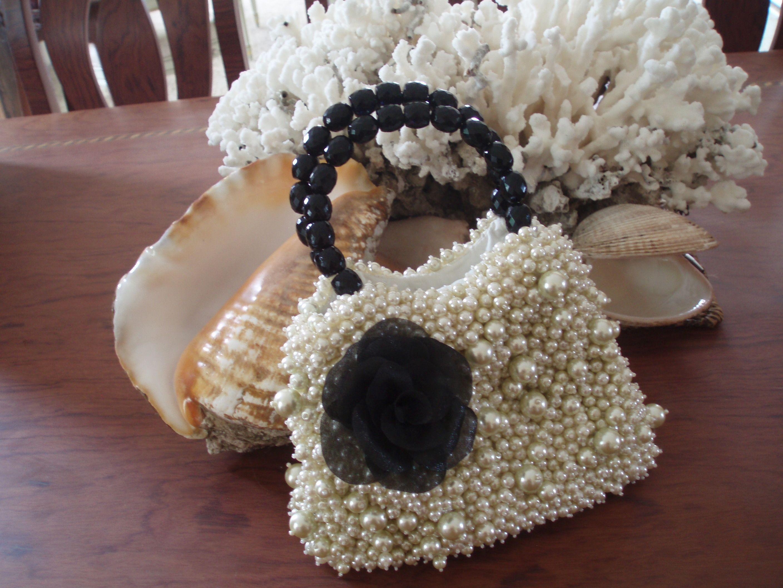 Cartera de perlas bordada a mano