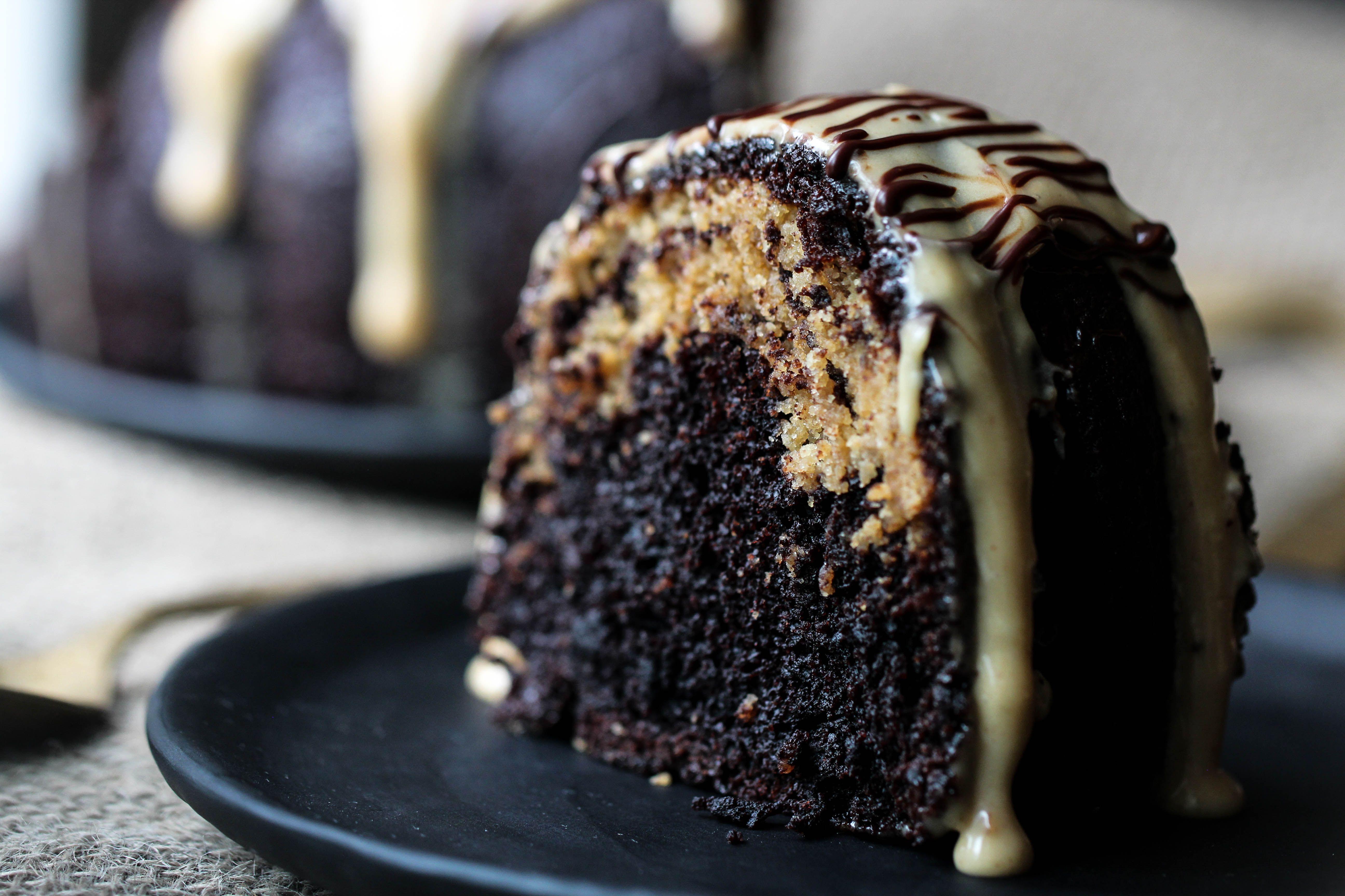 كيكة الشوكولاتة بحشوة كوكيز الفول السوداني Chocolate Peanut Butter Cake Cake Food