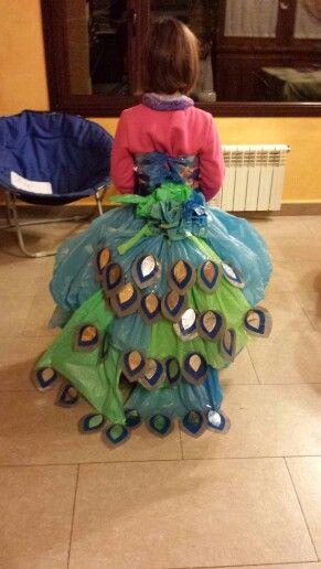 Pavo real con bolsas de basura
