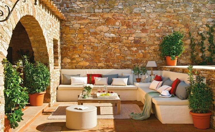 große gemauerte und weiß verputzte Sitzbank mit Kissen | Pergola Hof ...
