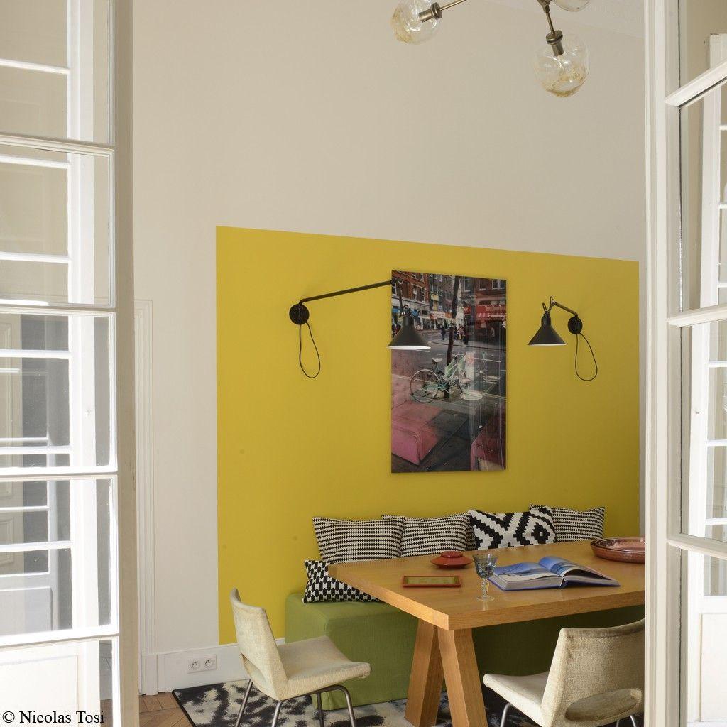 Salle manger avec un simple bout de mur jaune tournesol for Mur geometrique