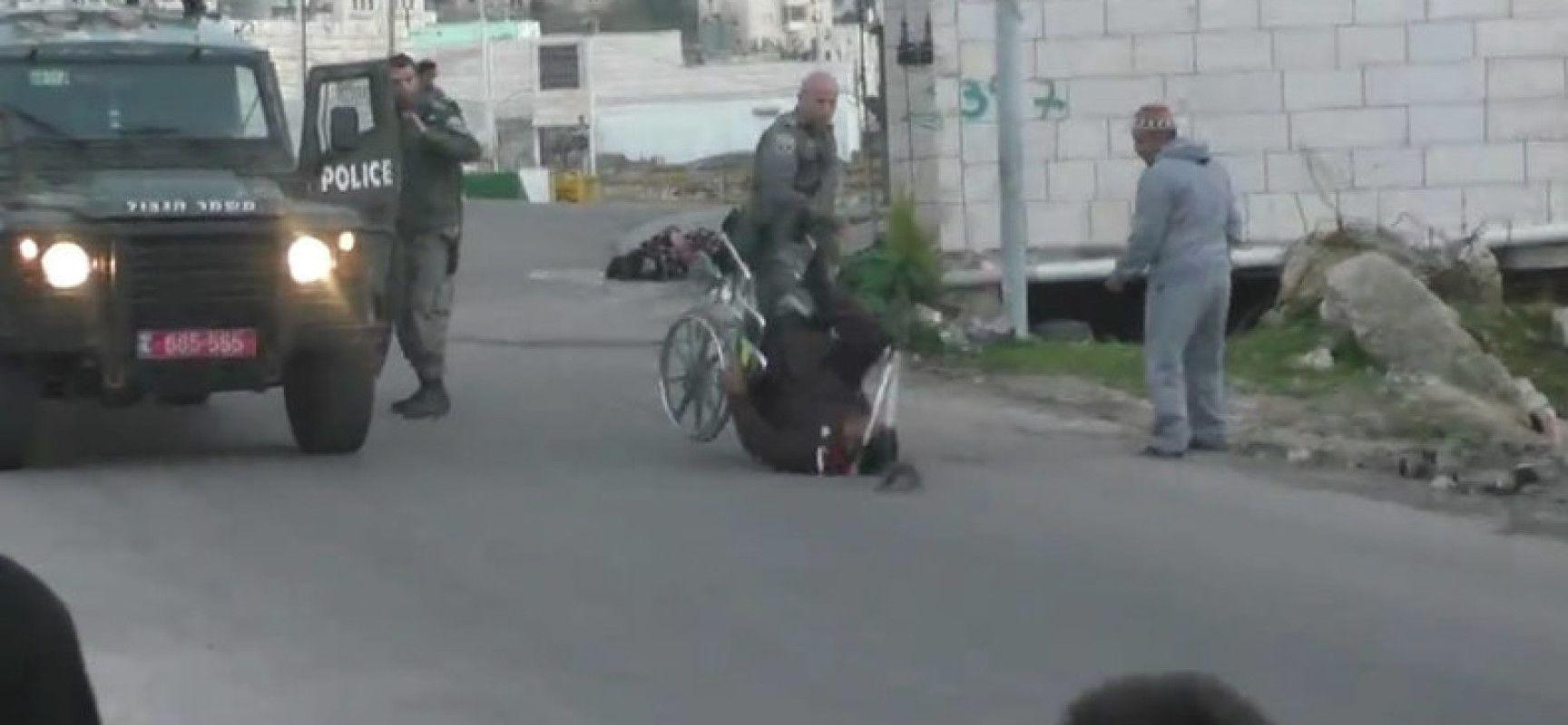 Un policier israélien renverse un Palestinien en chaise roulante (VIDEO CHOC)