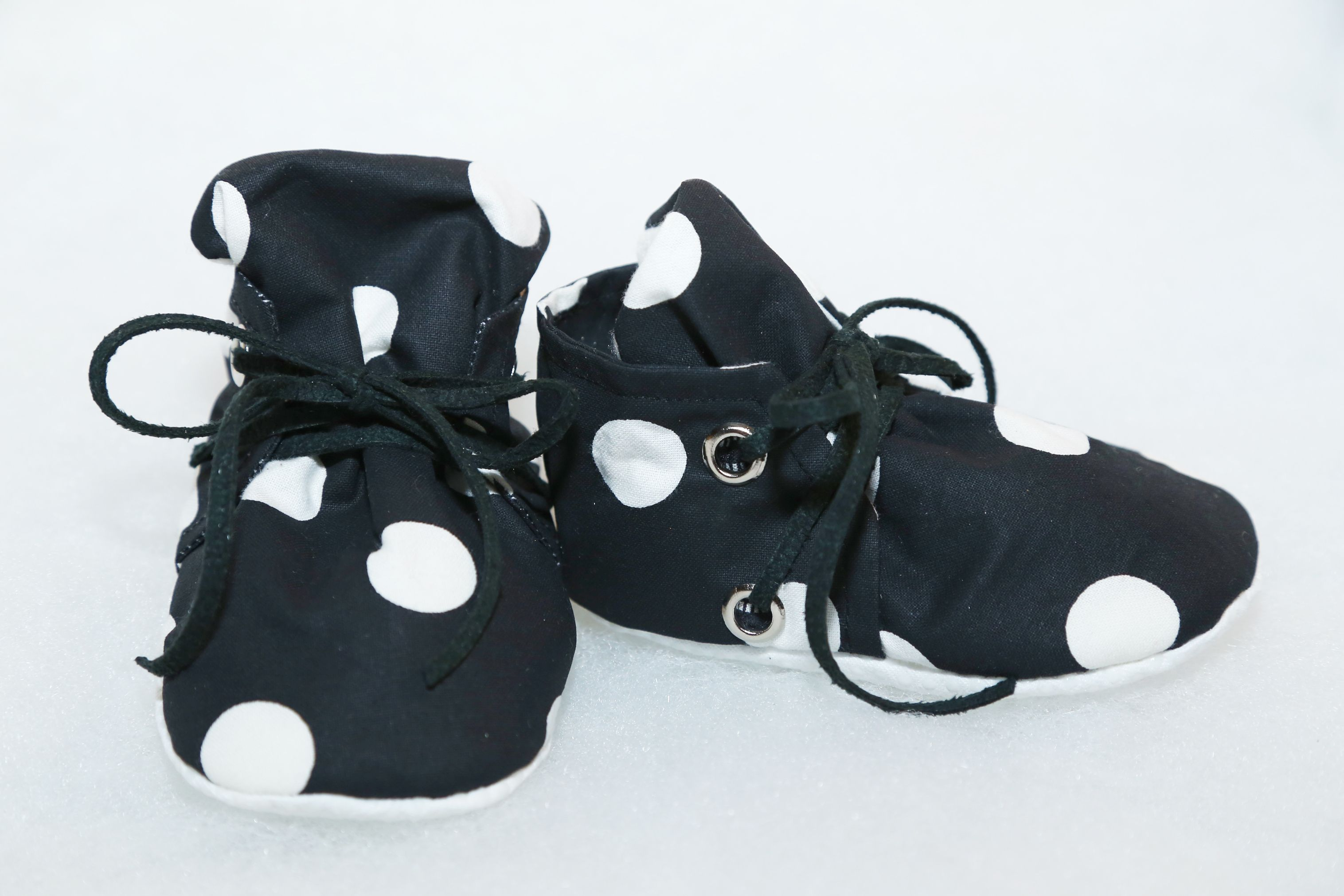 This handmade pair of black/white polka dots baby shoes is great to wear on any occasions. Made with cotton material, each pair of shoes are carefully handcrafted and with a fleece interior that provide a soft snug fit and comfort for your child with extra padding and a non-slip sole. All products are handmade and size may vary with each order. Please allow 7-10 business days for product to be shipped. DISCLAIMER: All MyDarling products are made in a pet frie...
