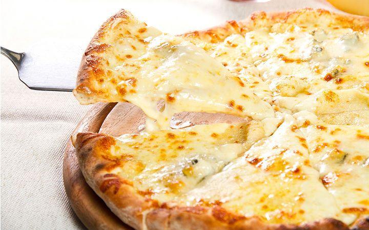 Mayalandıktan sonra incecik açılan hamur bezelerini kendi hazırladığınız domates sosla buluşturup, dört peynirli pizza hazırlıyoruz.