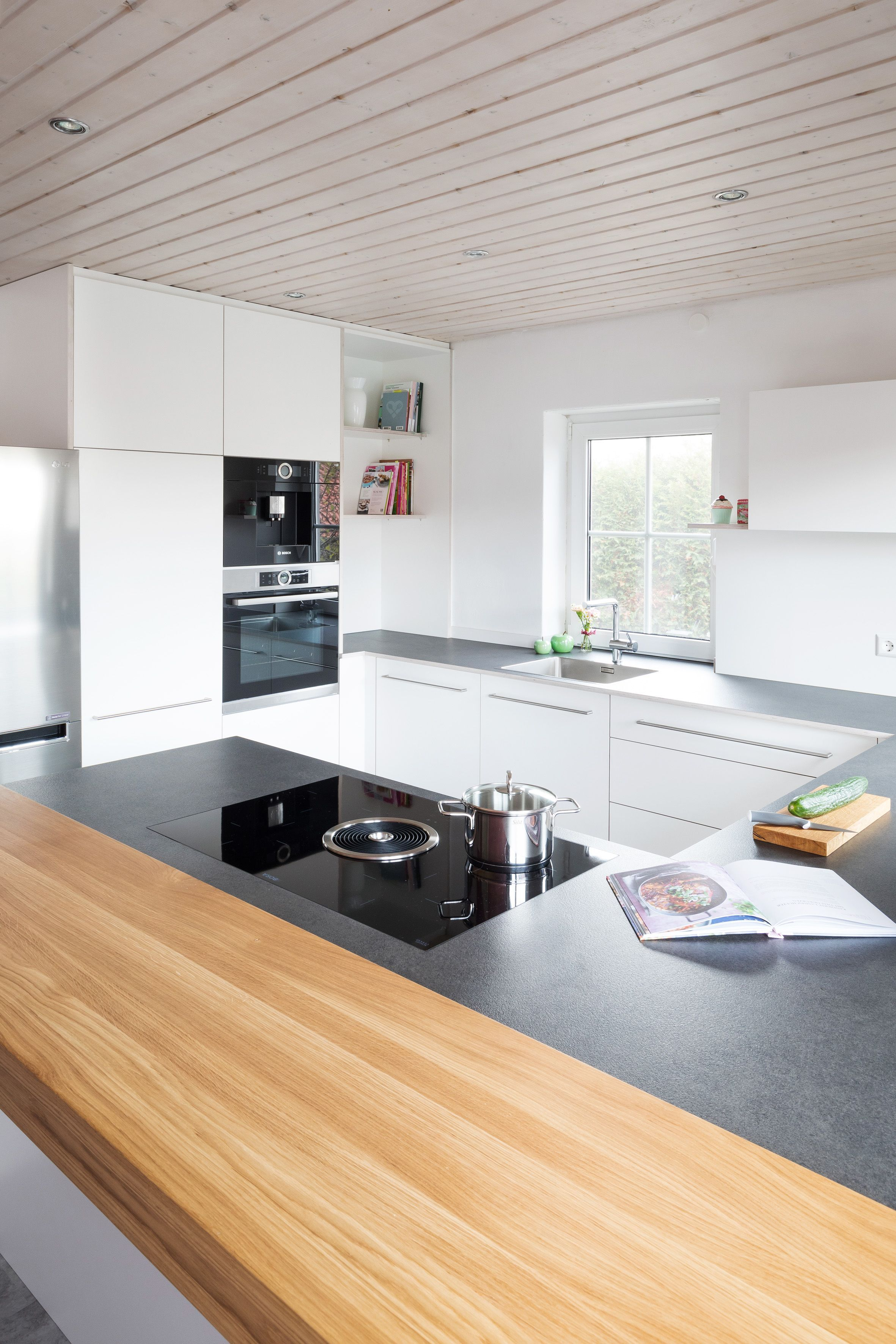 Deckenhoch Design Modernes Wohnen Massgefertigt Holz Schreinerkuche Minimalistisch In 2020 Moderne Kuche Haus Kuchen Kuche Landhaus Modern