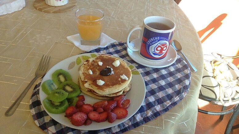 Ricos hotcakes más fruta especial para una mañana llena de energía.