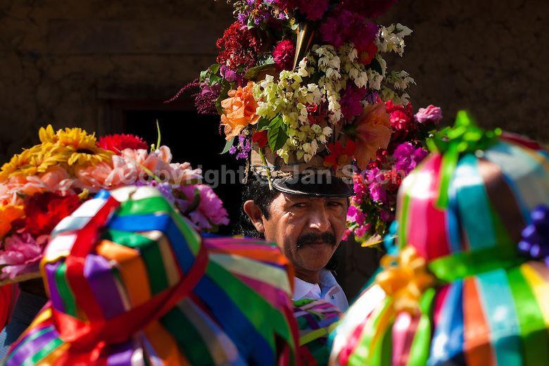 """El capitan de la comparsa del Palenque generalmente utiliza un sombrero con muchas flores y bastante alto al estilo de un """"momo"""". El sombrero esta cubierto de flores naturales que se dan en la zona."""
