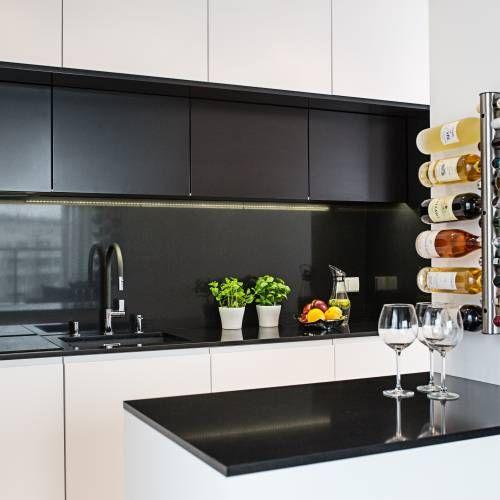 Bialo Czarna Kuchnia W Ktorej Nie Tylko Blat Ale Cala Wneka Zostala Wylozona Czarnym Konglomeratem Kwarcowym Kitchen Shelf Design Kitchen Kitchen Cabinets