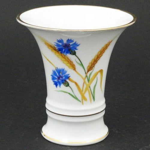 Rosenthal ręcznie malowany wazon kielich.  Wykonany z białej porcelany, złocony.  Dekorowany kwiatami chabrów.  Wazon z 1935 roku.     Wysokość - 14 cm, średnica wylewu - 13,3 cm.