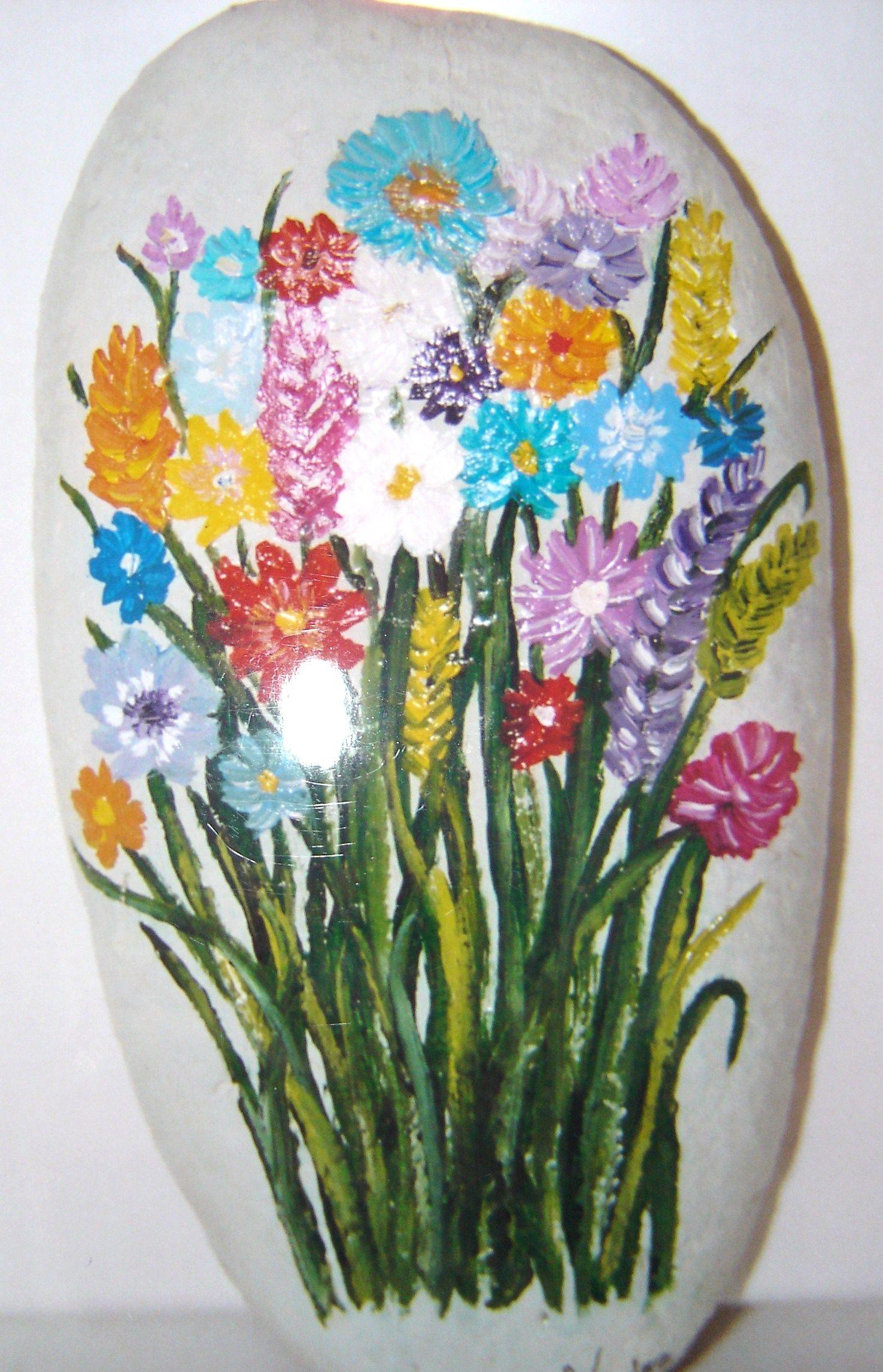 Flores pintadas sobre piedra | Flores pintadas, Piedras ...