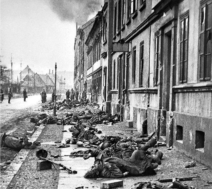 Soldados alemães mortos se encontram espalhados sobre após luta de rua feroz em Breslau. Março de 1945.