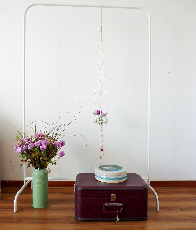 Makramee ist wieder total angesagt. Wir zeigen, wie du mit der Knüpftechnik schicke Blumenampeln, Hängevasen- und Kerzenständer selber machen kannst.