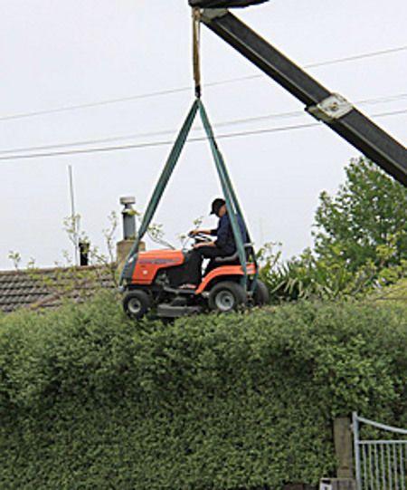 Comment couper sa haie avec une tondeuse tracteur - Tracteur rigolo ...