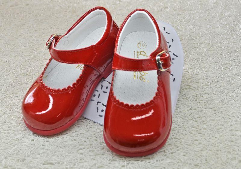 79caf36156f Zapato para niña con suela de caminar en charol rojo