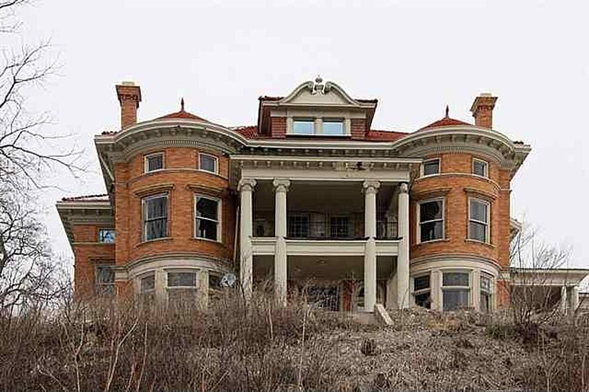412 W 6th St, Davenport, IA 52803 house from 1901 that is for sale  partly restored  Cool