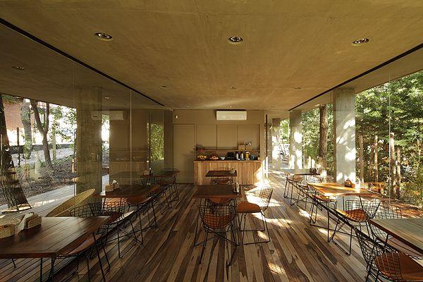 Comedor de uso m ltiple moderno y natural con sillas for Carpinterias de aluminio en argentina