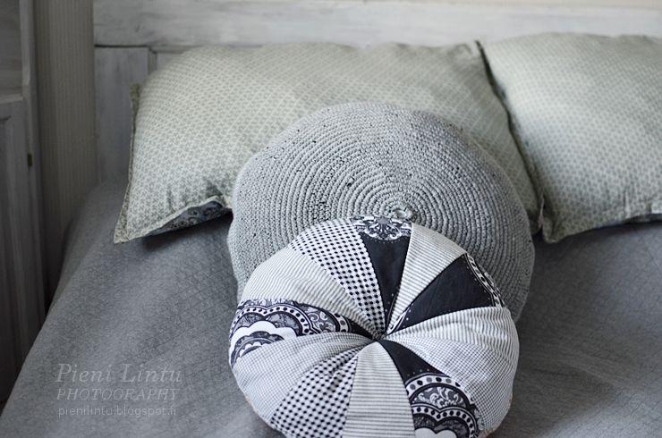 http://pienilintu.blogspot.fi/2014/08/crochet-pillow.html