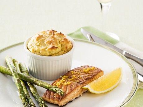 Potatis- och olivsufflé med stekt citronlax och sparris Receptbild - Allt om Mat