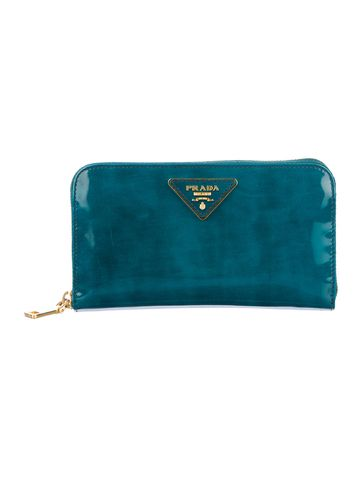 Chic Find: Prada Teal Patent Leather Wallet.