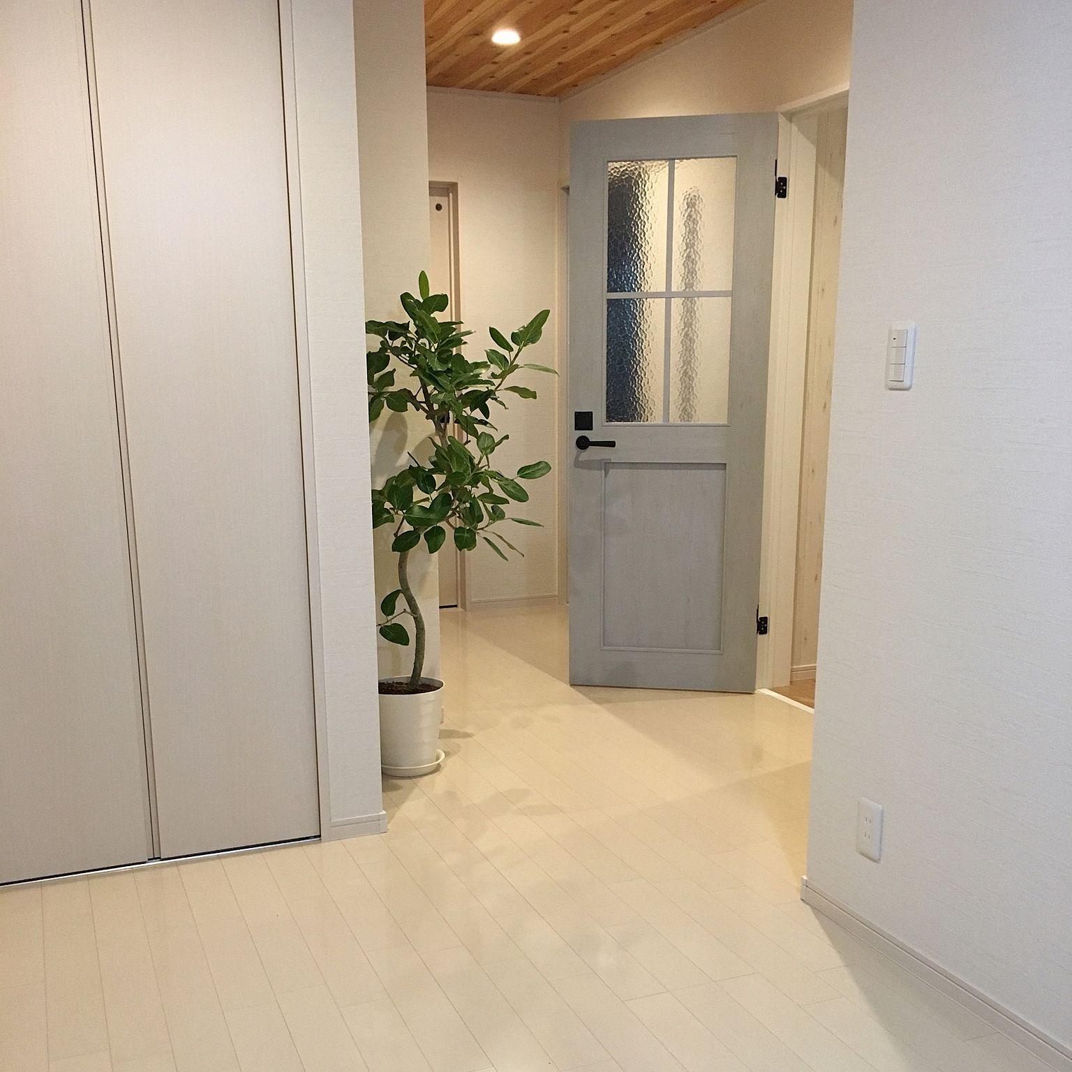 玄関 入り口 Lixil グレー 白 木目調壁紙 エフォートレス スタイル