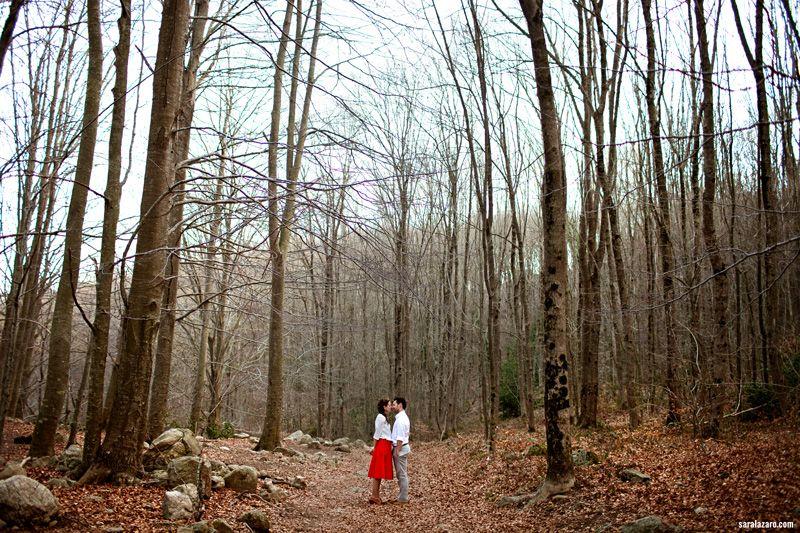 Preboda en el campo hipster por Sara Lazaro - Countryside hipster engagement - red hipster dress - vestido rojo retro - hipster couple