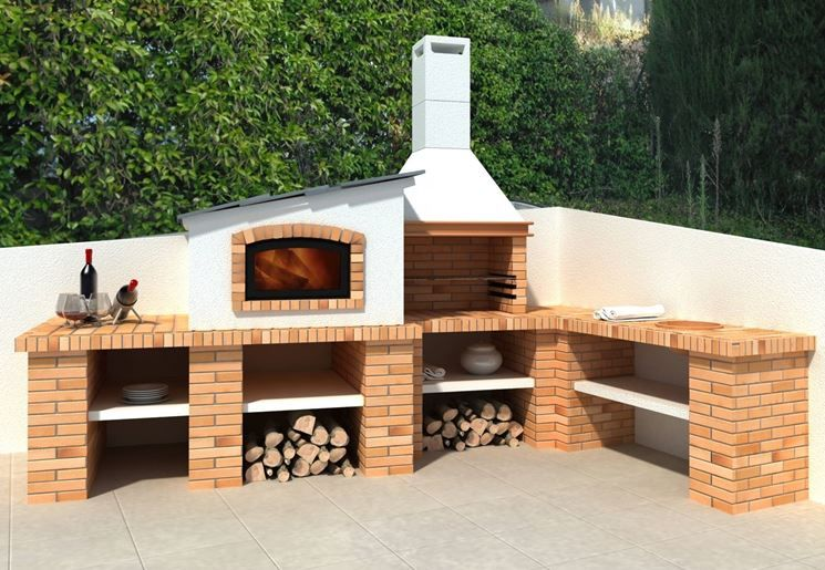 Comodo e moderno barbecue in muratura con varie basi di appoggio e ...
