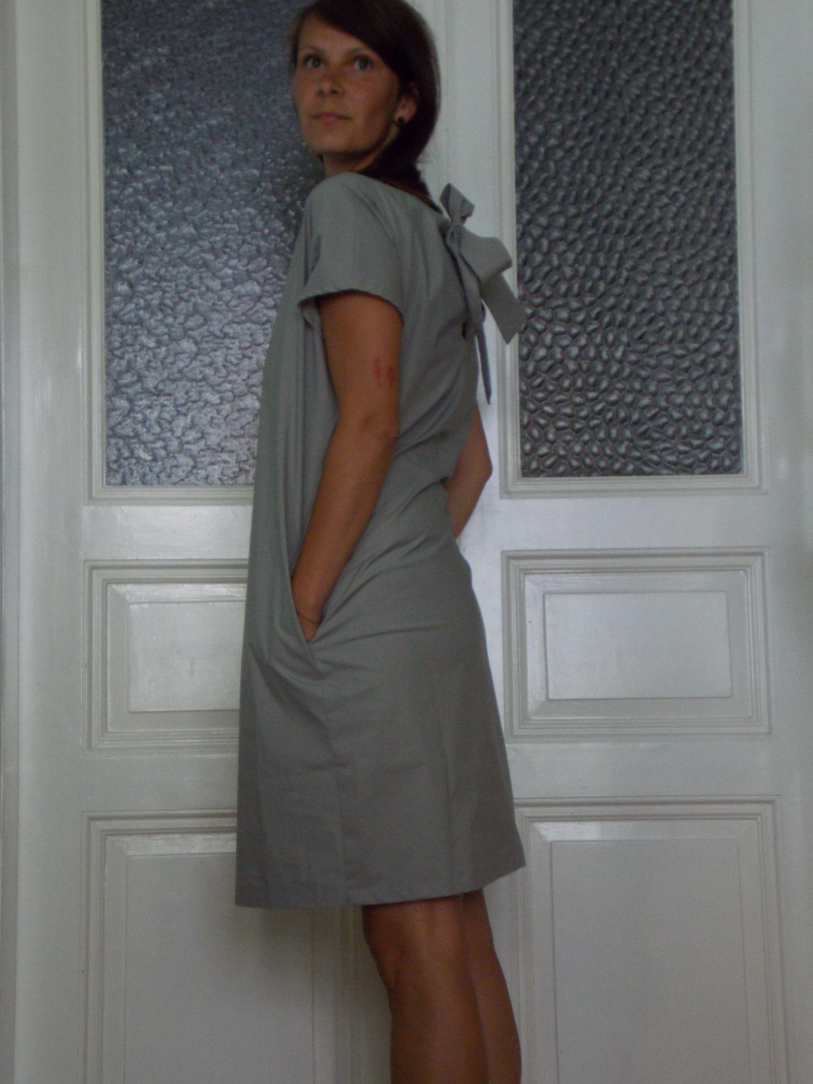e64911ac417a Becasina v šedé mašli Minimalisticky řešené šaty z šedé bavlny. Vzadu s  vázačkou a rovným