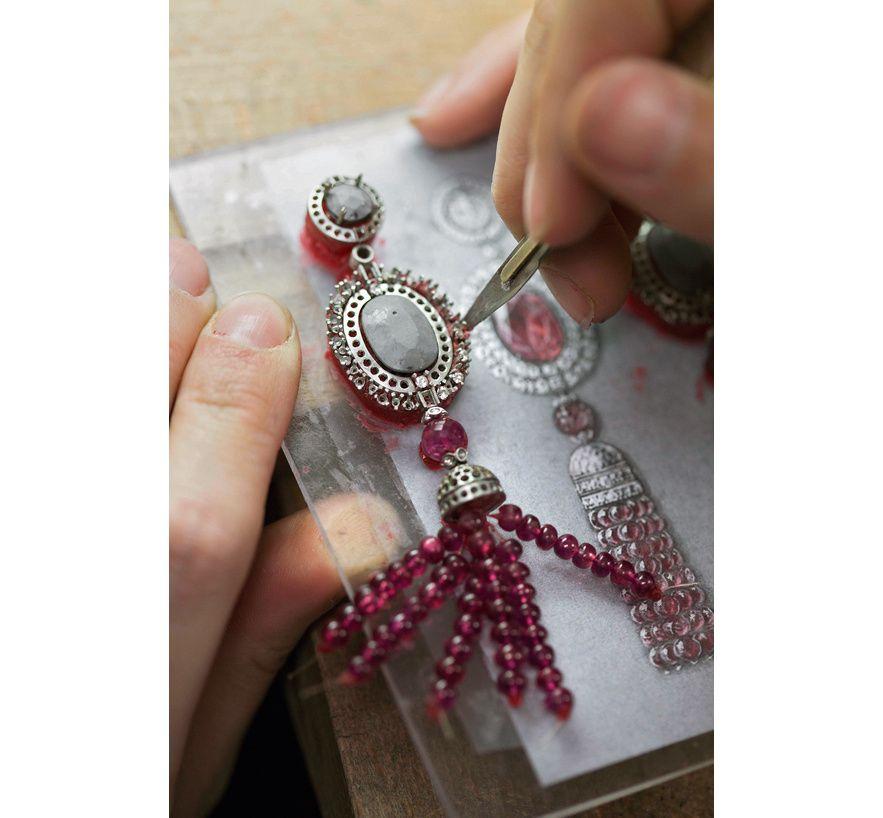 Le collier Reine Makéda de Cartier en platine et rubis, dans les ateliers. Gérard Uféras © Cartier via ♔ Françoise, the Marquise ♥